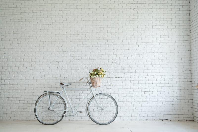Retro fiets op kant van de weg met uitstekende bakstenen muurachtergrond royalty-vrije stock afbeelding
