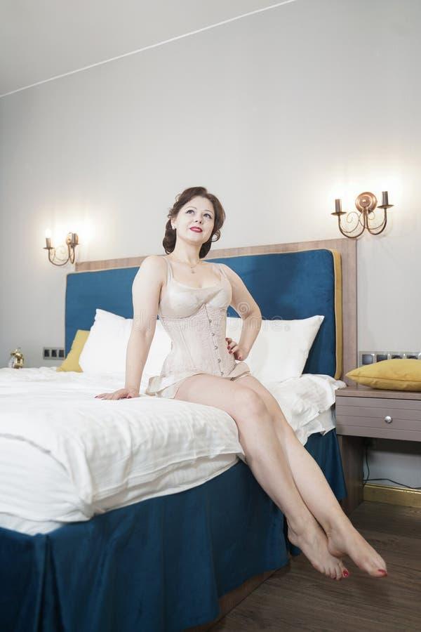 Retro fifties spenderen aantrekkelijk meisje in oude lingerie op witte bedachtergrond - pin-up concept royalty-vrije stock foto