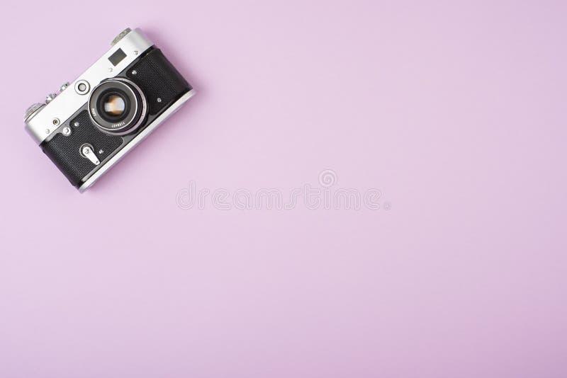 Retro filmcamera op een roze achtergrond Mening van hierboven stock foto