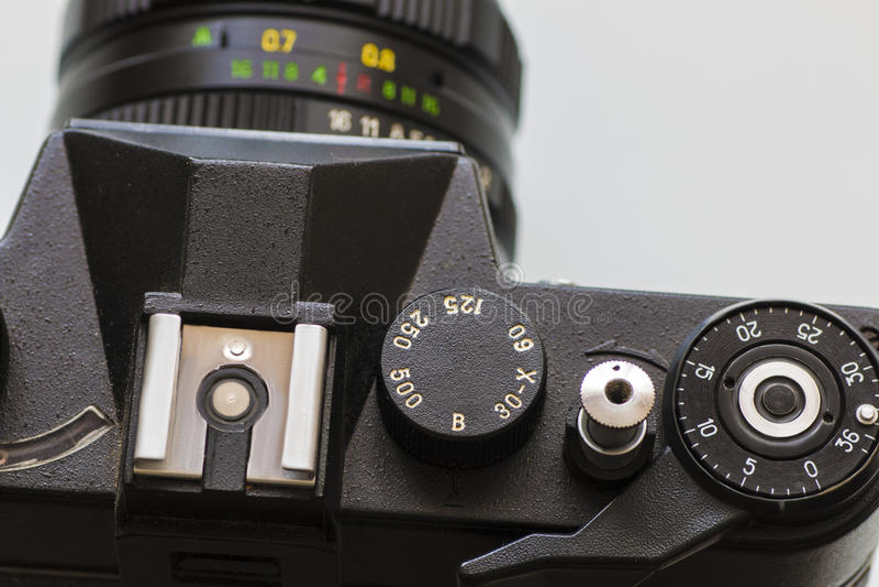 Retro- Filmfotokamera lokalisiert über weißem Hintergrund lizenzfreies stockfoto