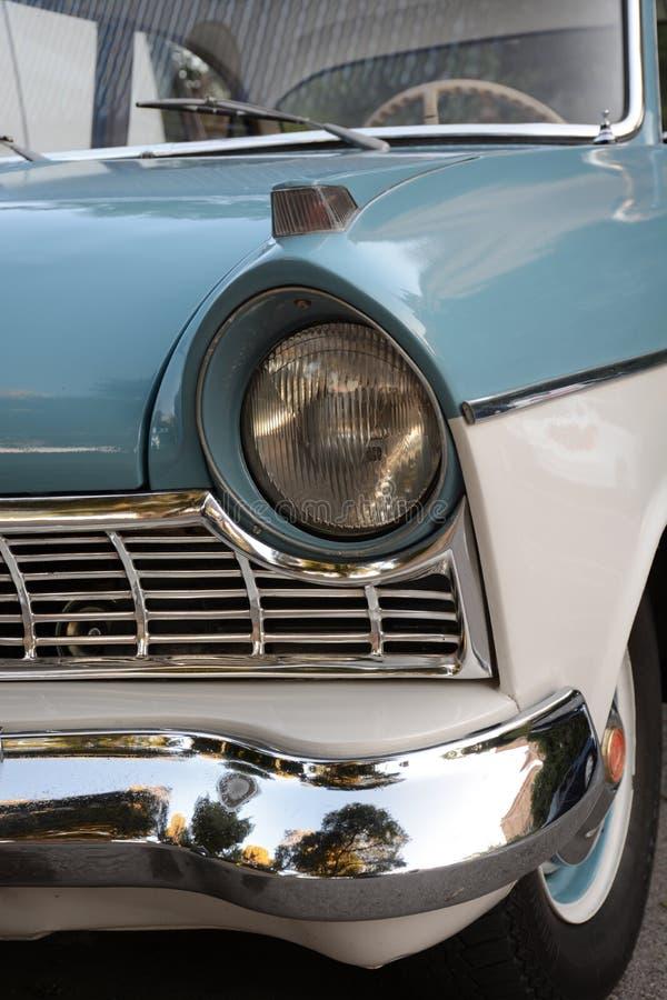 Retro fine dell'automobile del faro su fotografie stock libere da diritti