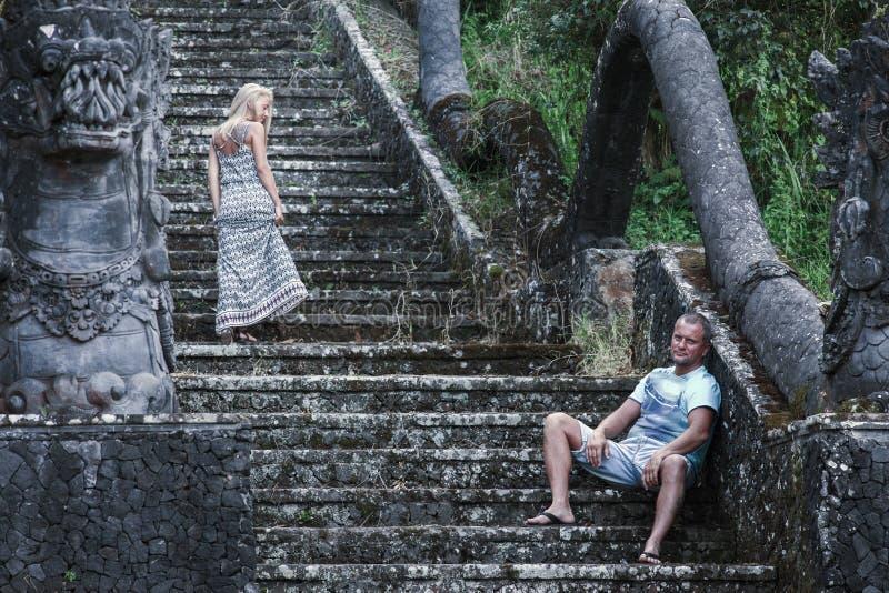 Retro foto av ovanliga par på det mystiska hotellet arkivbilder
