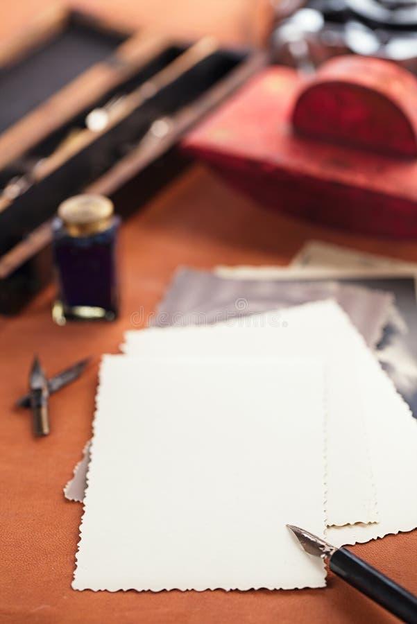 Retro foto, inchiostro d'annata, penna, carta assorbente e macchina fotografica fotografie stock libere da diritti