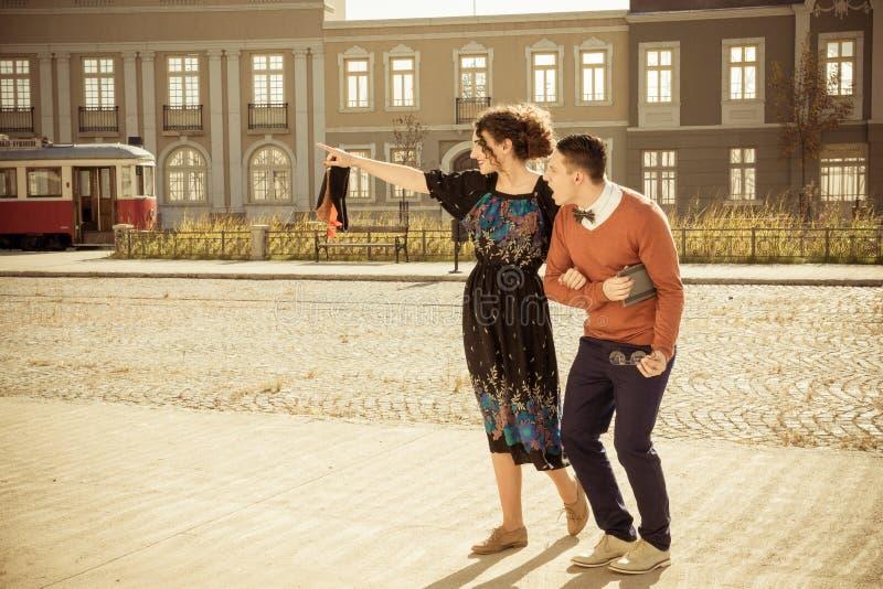 Retro foto van de verraste mens met vrouw in oude stad ziet eruit stock foto's