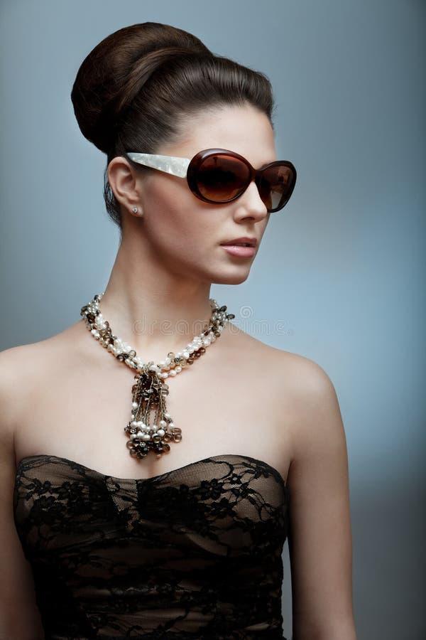 Retro foto van een mooie donkerbruine vrouw stock afbeeldingen