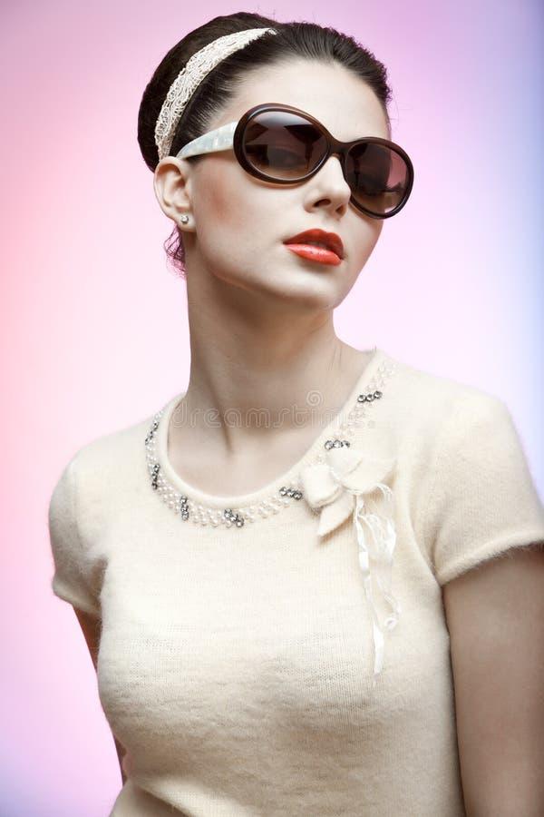 Retro foto van een mooie donkerbruine vrouw royalty-vrije stock fotografie