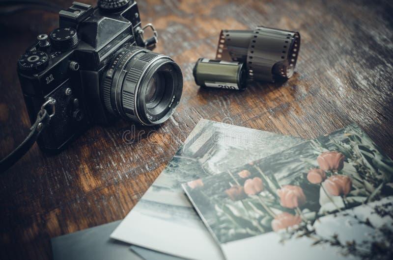 Retro fotocamera, film en oude foto's op de lijst royalty-vrije stock foto