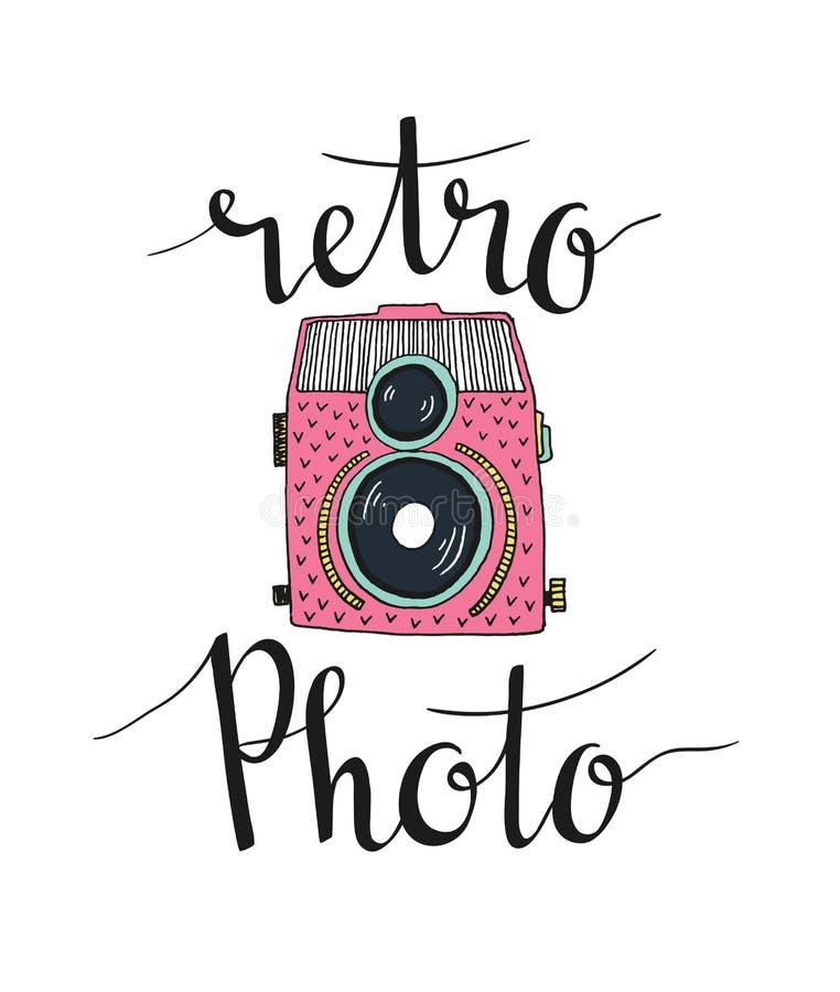Retro fotocamera met het modieuze van letters voorzien - retro foto Vector hand getrokken illustratie vector illustratie