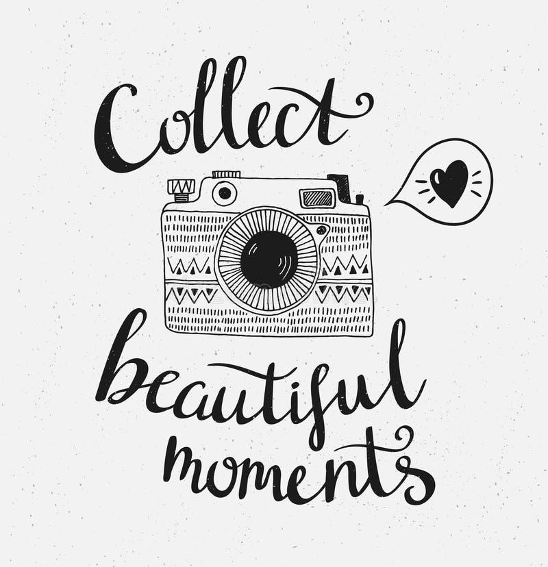Retro fotocamera met het modieuze van letters voorzien - verzamel mooie ogenblikken Vector hand getrokken illustratie royalty-vrije illustratie