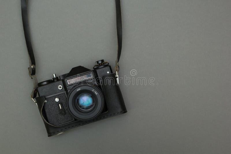 Retro fotocamera op een riem stock foto's