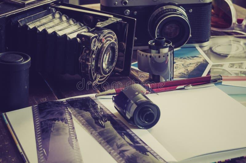 Retro fotocamera's op een lijst royalty-vrije stock fotografie