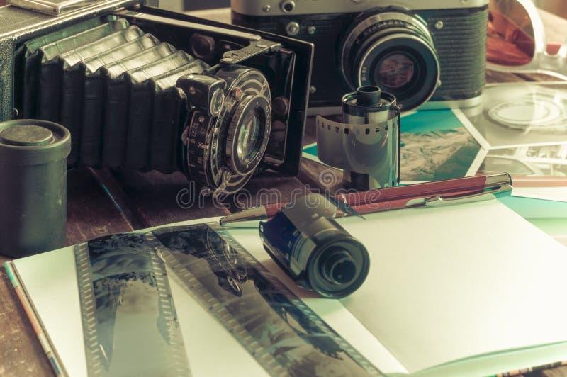Retro fotocamera's op een lijst royalty-vrije stock afbeelding