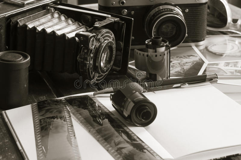 Retro fotocamera's op een lijst stock foto