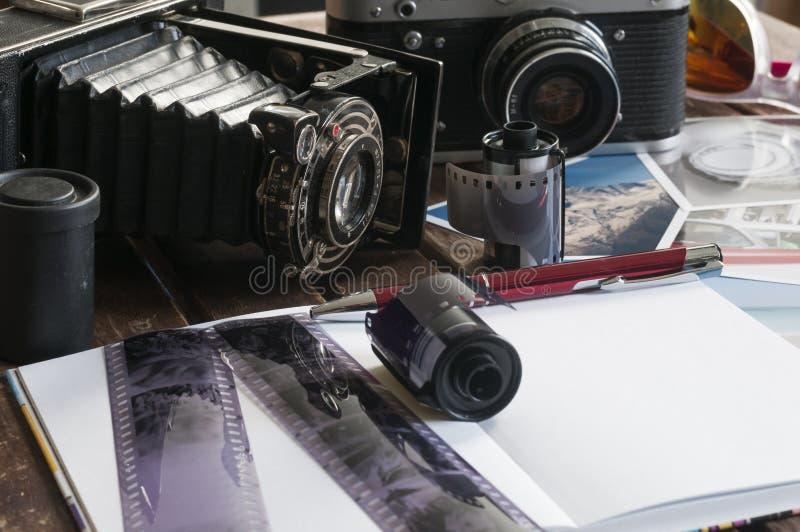 Retro fotocamera's op een lijst stock fotografie