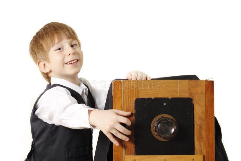 Retro- Fotograf des Jungen mit Weinlesekamera stockbild