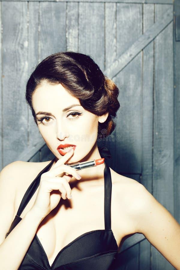 Retro- Frau mit Lippenstift stockfotos