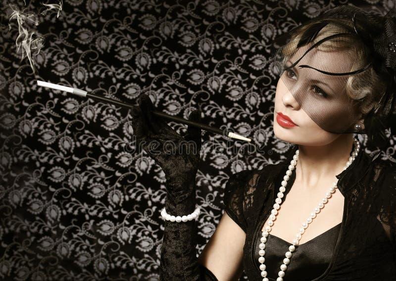 Retro- Frau mit Zigarre. Porträt der Mode-schönen Blondine lizenzfreie stockfotos