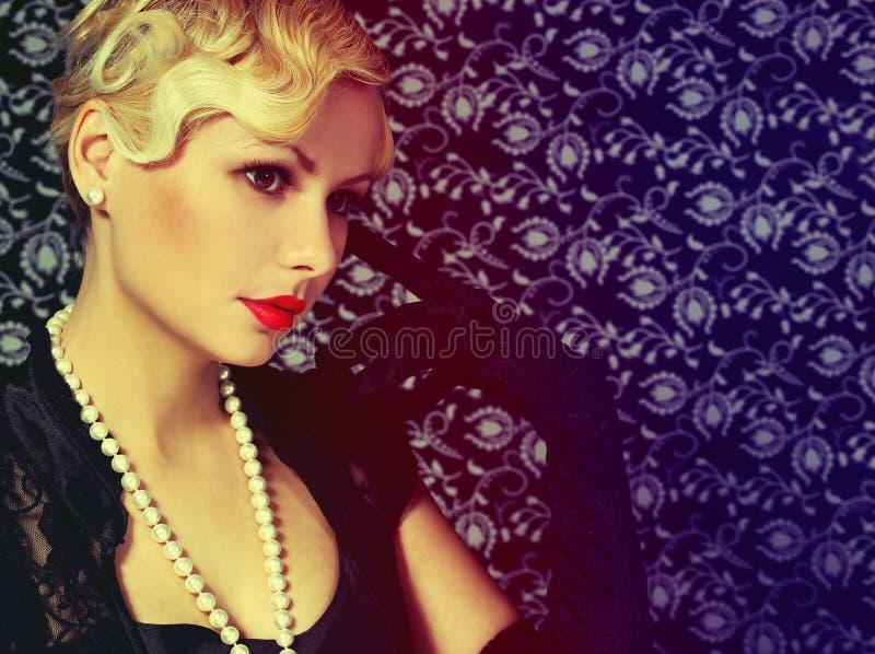 Retro- Frau. Mode-schöne Blondine. Weinleseart stockfotos