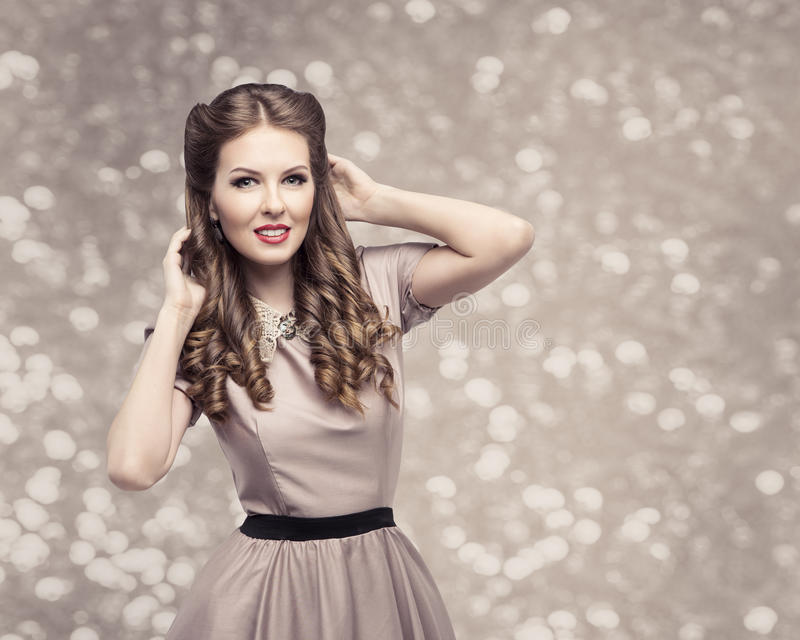 Retro- Frauen-Frisur, Pin Up Girl Portrait, elegantes Modell lizenzfreie stockbilder