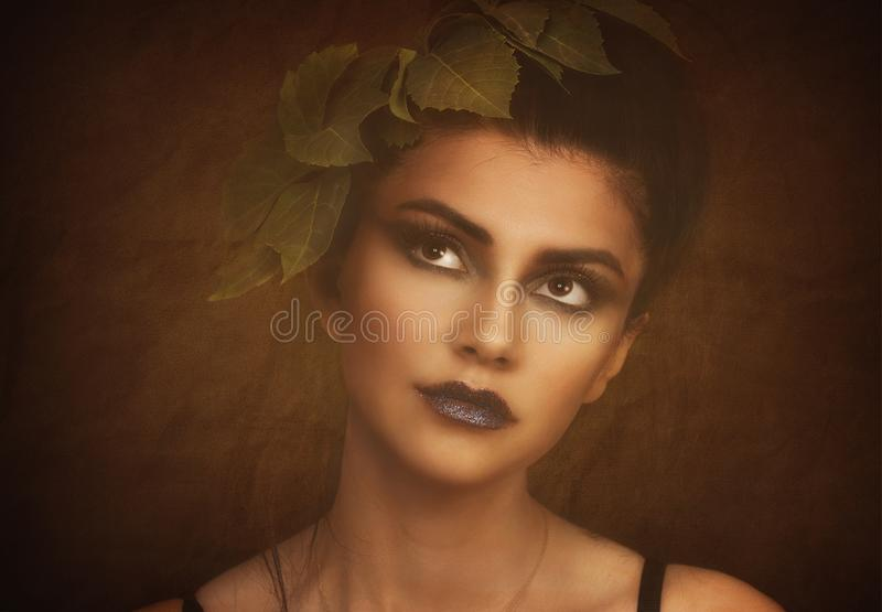 Retro- Frauen-Portrait Weinlese-Art-Mädchen-Tragen altmodisch, Frisur und Make-up Romantische Dame stockfotografie