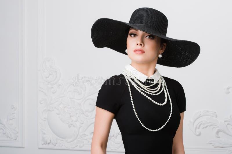 Retro- Frauen-Portrait Weinlese-Art-Mädchen-tragender altmodischer Hut, Frisur und Make-up stockfoto