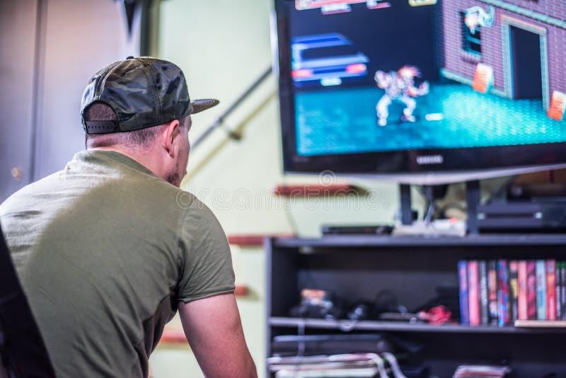 Retro- Gamer vor dem Fernsehen stockfoto