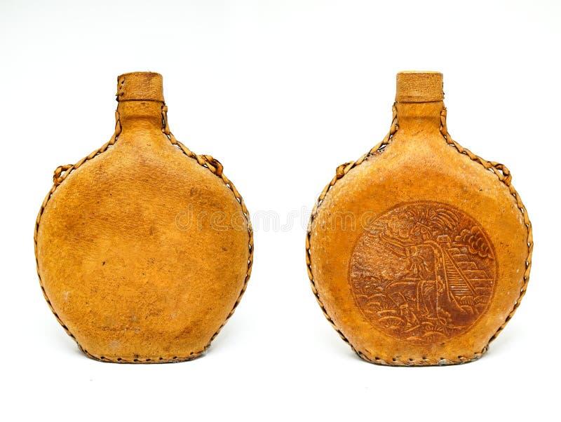 Retro gammal flaska för tappningvinläder som isoleras på vit bakgrund royaltyfria bilder