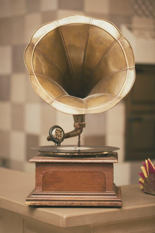 Retro gammal grammofonradio Tonat foto för tappning stil royaltyfria foton