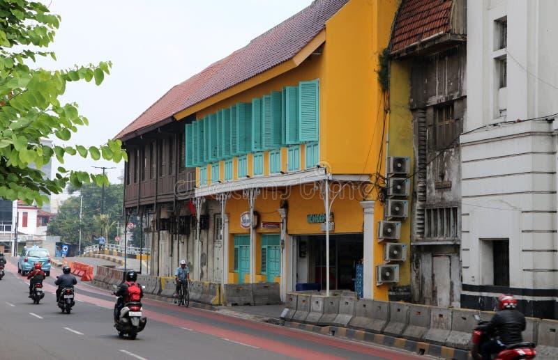 Retro- Gebäude in der orange Farbe mit grünem Fenster auf der Straße Pintu Besar Utara an der alten Stadtnachbarschaft in Jakarta lizenzfreie stockfotos