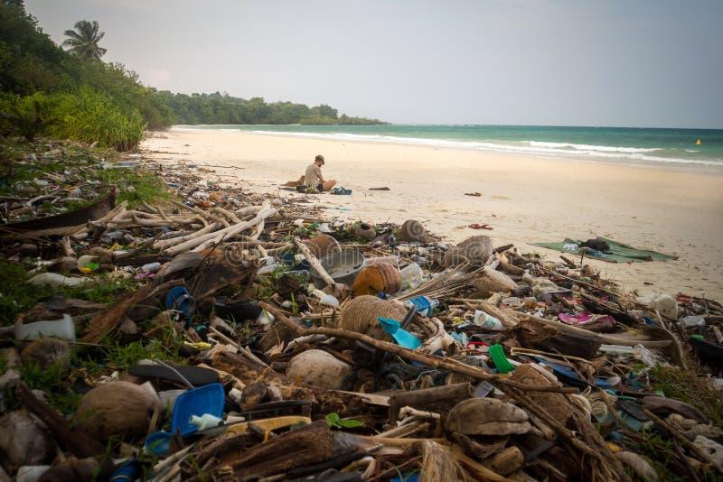 Retro gefiltreerd huisvuil op een strand verlaten door toerist, royalty-vrije stock foto's