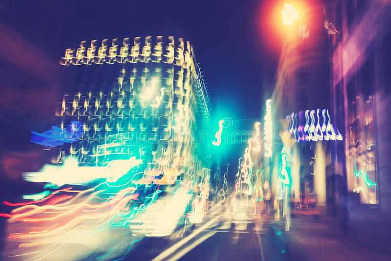 Retro gefiltreerde stadsverkeerslichten in motieonduidelijk beeld stock afbeelding