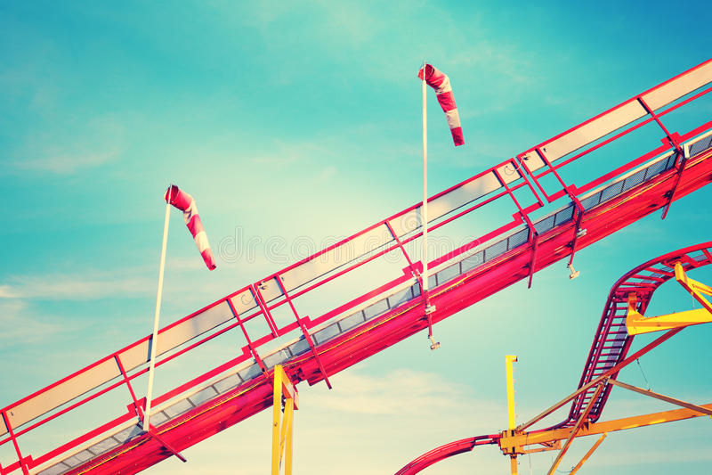 Retro gestemd beeld van achtbaansporen stock fotografie