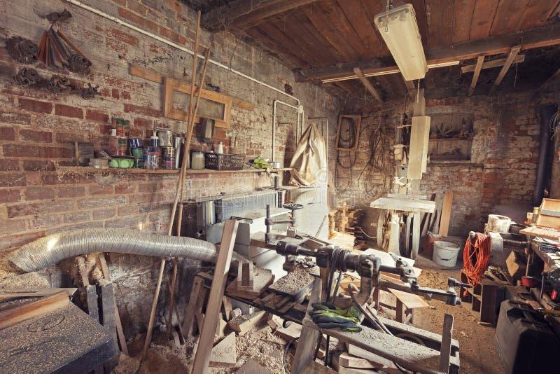 Retro gestemde oude binnenland van de timmermansworkshop stock foto's