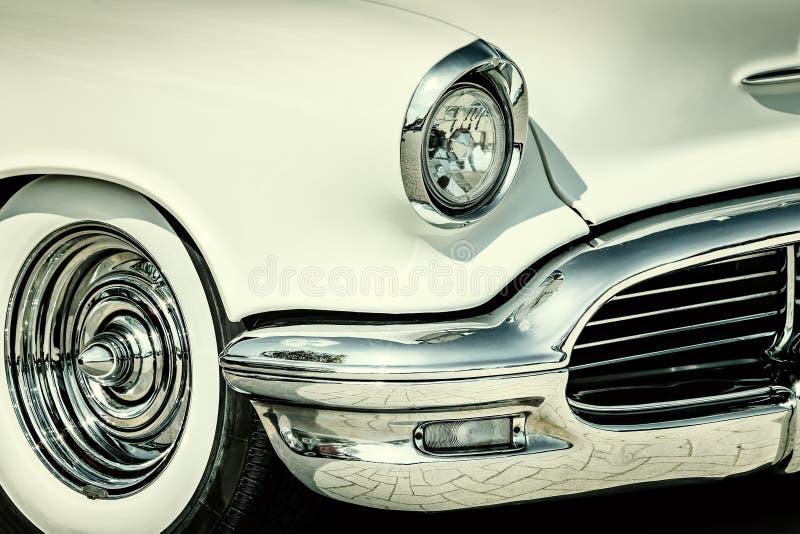 Retro gestileerd beeld van de voorzijde van een witte klassieke auto royalty-vrije stock fotografie