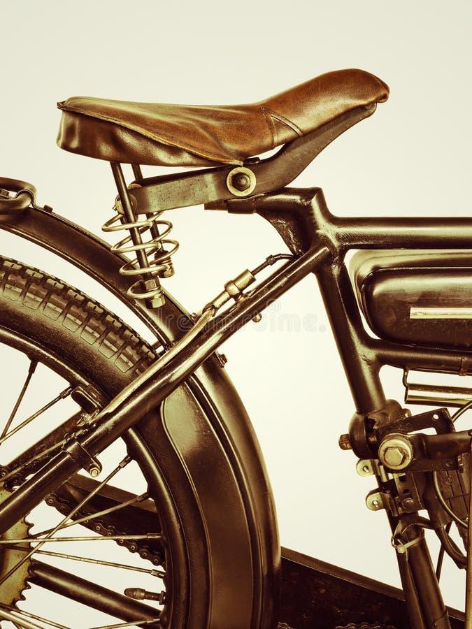 Retro gestileerd beeld van een motorfiets op een retro achtergrond stock afbeeldingen