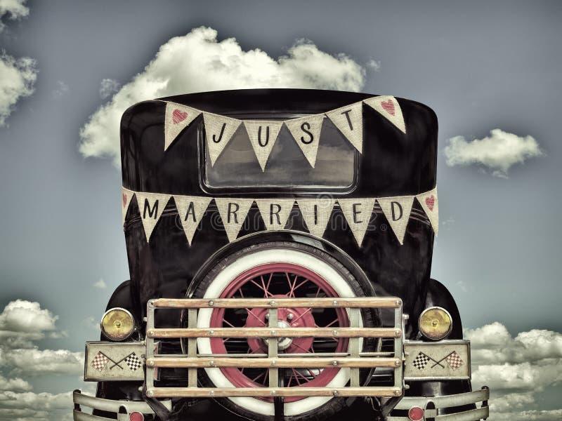 Retro gestileerd beeld van een oude auto met enkel gehuwde decoratie stock afbeelding