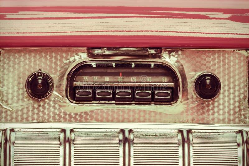 Retro gestileerd beeld van een oude autoradio stock foto's