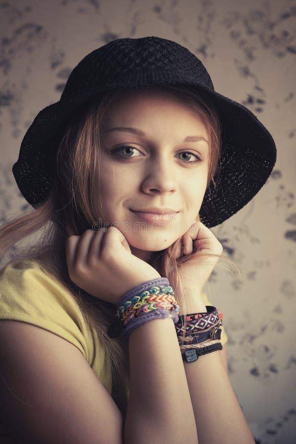 Retro gestileerd portret van mooie blonde tiener royalty-vrije stock afbeeldingen
