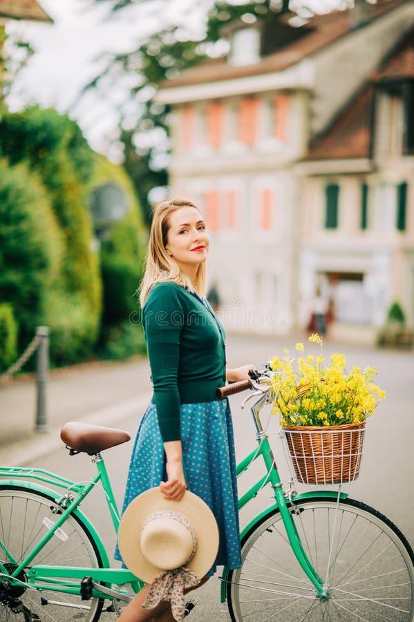 Retro gestileerd portret van mooie jonge vrouw stock foto's