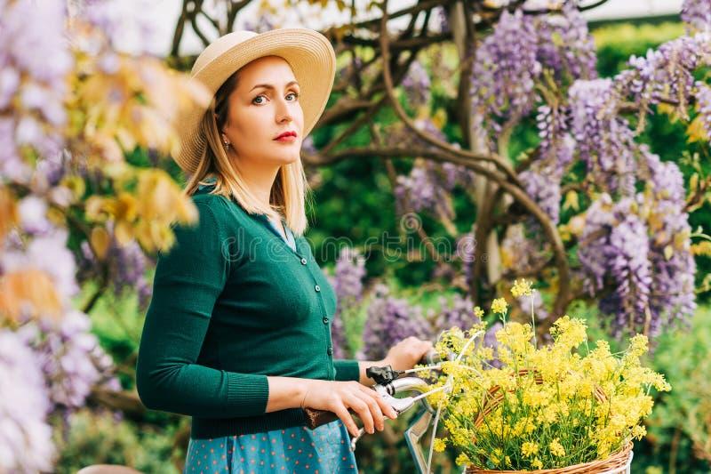Retro gestileerd portret van mooie jonge vrouw stock foto