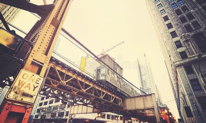 Retro gestileerde mening van de straat van Chicago met metro stock afbeeldingen