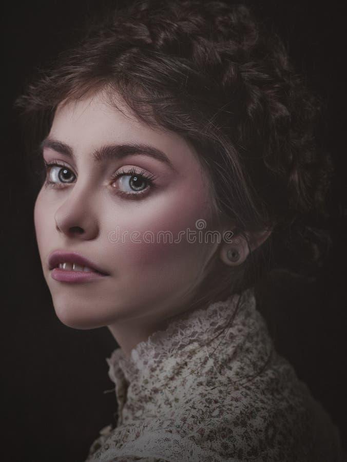 Retro gestileerde schoonheid Vrouwelijk portret royalty-vrije stock afbeeldingen