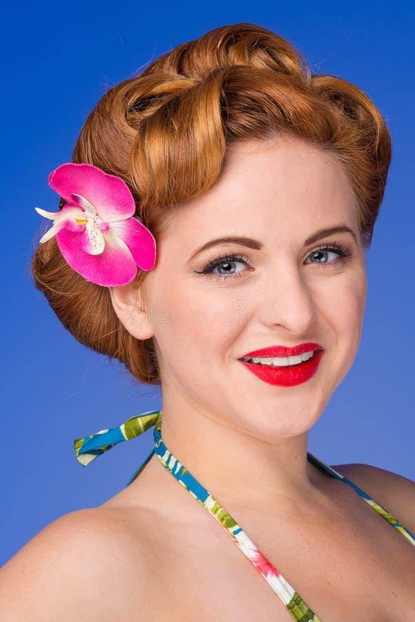 Retro gestileerde vrouw met jaren '50haar en make-up royalty-vrije stock afbeelding