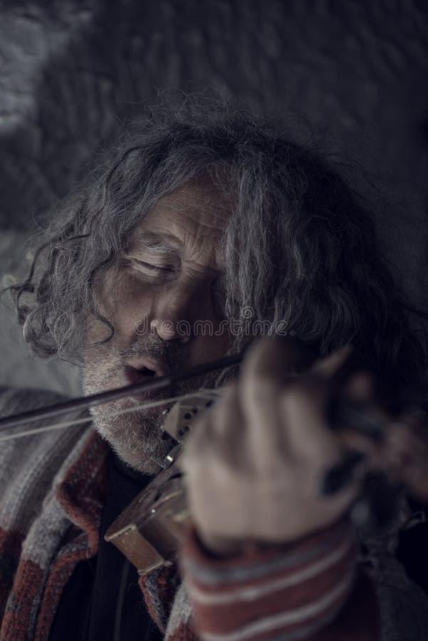 Retro- getontes Bild des Mannes mit dem grauen Haar und des Bartes, die singen als er stockbilder