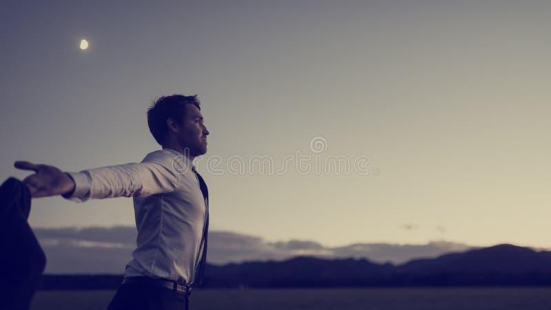 Retro- getontes Bild eines dankbaren erfolgreichen Geschäftsmannes lizenzfreie stockfotos