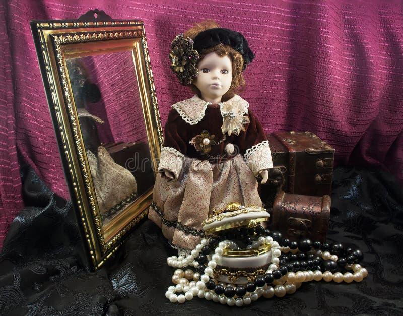 Retro gevormde porseleinpop met juwelendoos royalty-vrije stock afbeeldingen