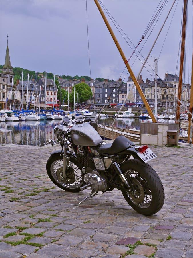 Retro- Gewohnheit Sportster Harley-Davidson auf dem Quay bei Honfleur, Normandie, Frankreich stockfoto