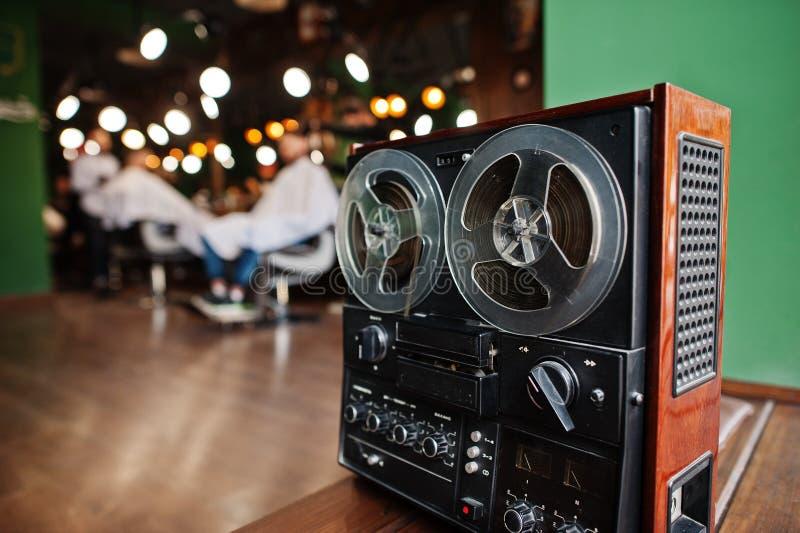 Retro giradischi radiofonico anziano al parrucchiere fotografia stock