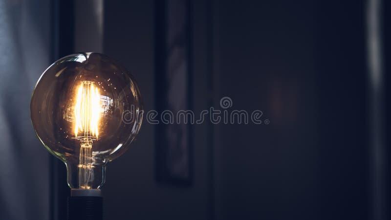 Retro- Gl?hlampe auf dunklem Hintergrund mit Raum Beleuchten Dekordes makrodachboden-Arthintergrundes lizenzfreie stockbilder