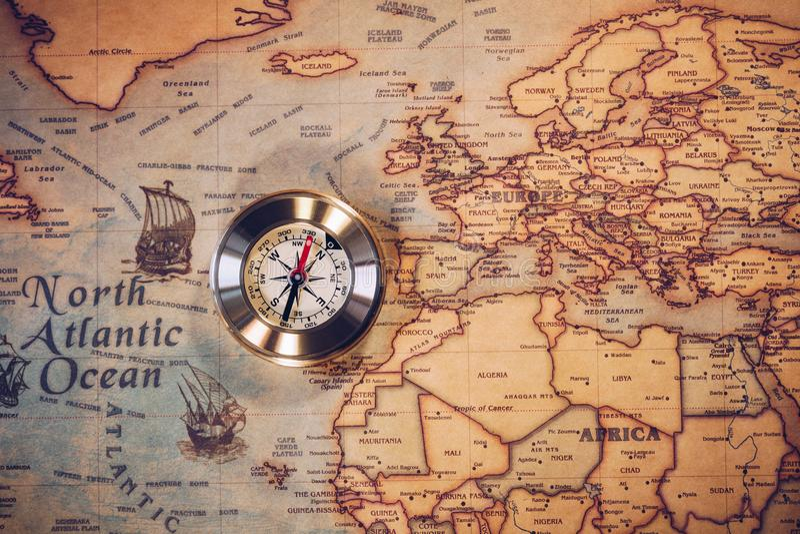 Retro- goldener Kompass der alten Weinlese auf alter Karte Selektiver Fokus stockbilder
